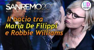 Robbie Williams bacia Maria De Filippi